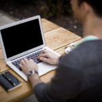 Jak utrzymać dobrą pozycję pracując przy komputerze? Koniecznie zwróć uwagę na te kwestie