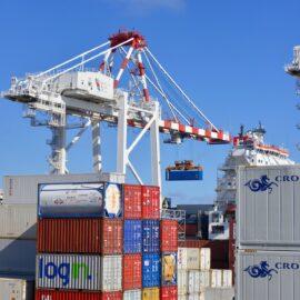 Co obejmuje usługa logistyki portowej?